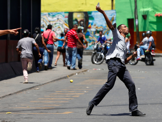 Venezuelan protesters clash with riot police during a protest over food shortage and against Venezuelan President Nicolas Maduro's government in Caracas, Venezuela, June 10, 2016